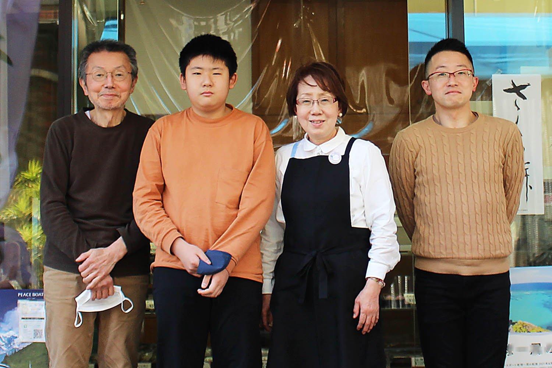 左から店主の阿部敏昭さん、孫の祐成さん、妻の恵子さん、息子の雅志さん。