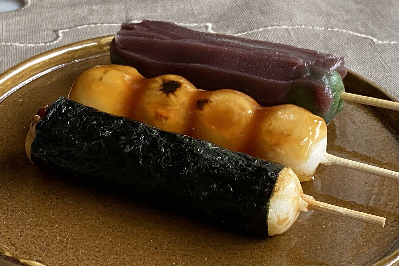 手前からこだわりの有明海苔を巻いたいそべ団子、焼団子、よもぎが豊かに香るあん団子各120円。
