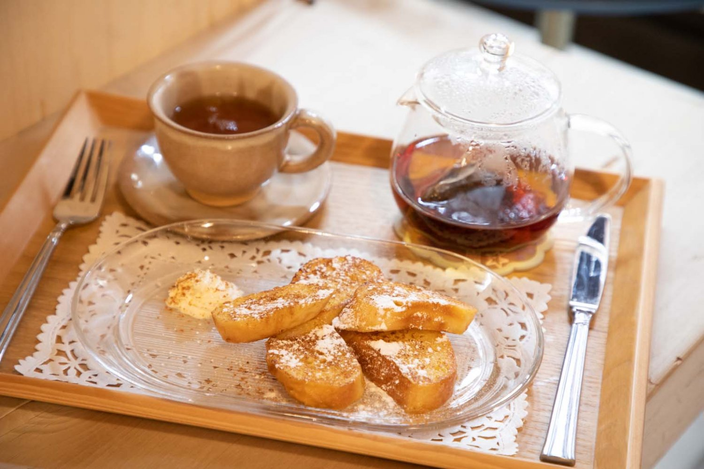しっとりふわふわ。優しい甘さのフレンチトースト。アッサムティーはポットでサービス。