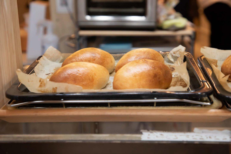 店内のベーカリーは常にフル回転。次々とパンを焼いていく。