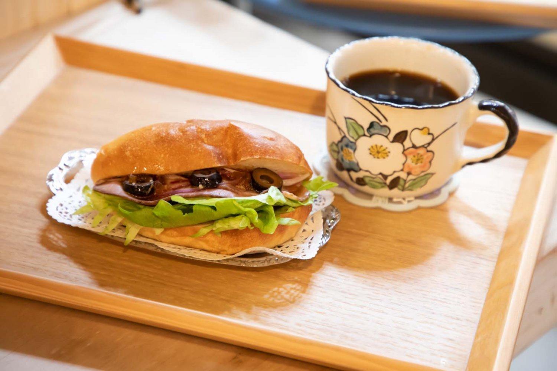 おかずパンのローストビーフ・レタスサンド セット 350円。