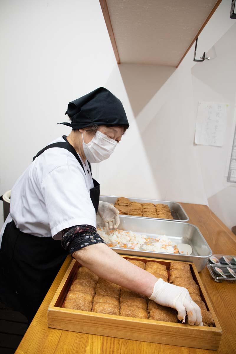 木箱に隙間なく黄金色のいなり寿司とのり巻きを詰めていく。