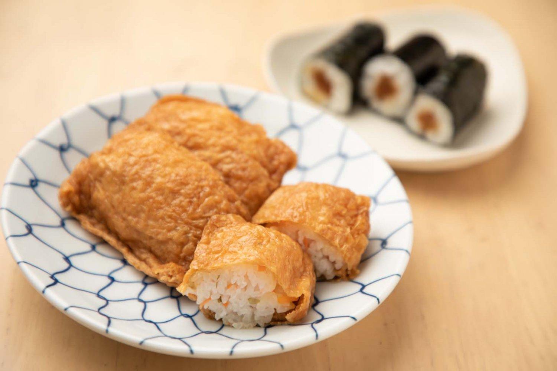 2月のいなり寿司はニンジン、レンコン、昆布などが入った五目いなり。
