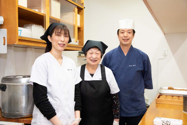 左から妹の森本美智代さん、お母さんの嶽本いな子さん、店主の嶽本さん。