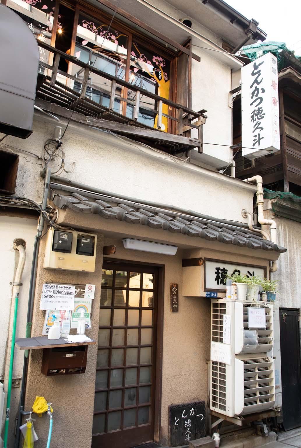 大門駅近くの居酒屋などが並ぶ一角にある。