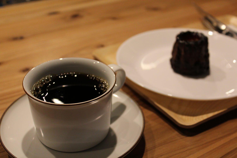 モカ浅煎り Sサイズ539円、カヌレ330円(コーヒーとセットで50円引き)。