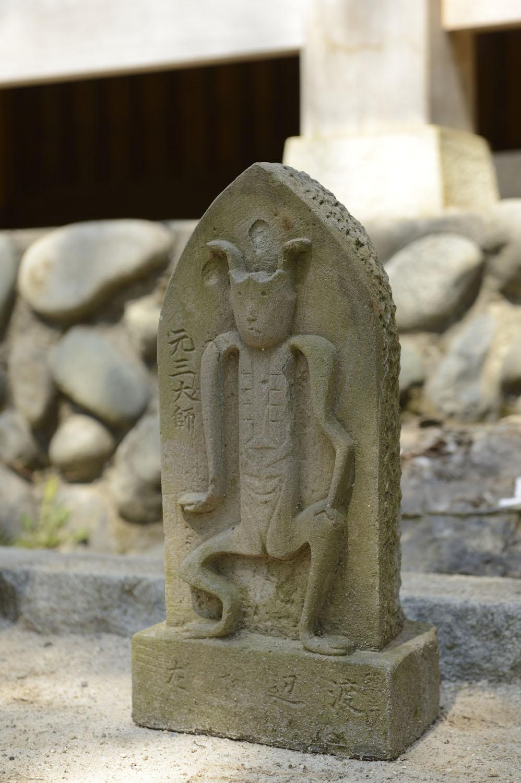 天台宗の著名な僧侶、元三大師が鬼に変身して疫病神を追い払った時の姿を表現した石像。