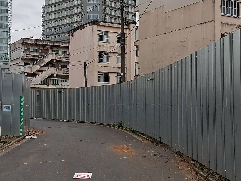 団地を囲むフェンスの壁ができていて、90年代の大規模再開発のエリアを思い出した。