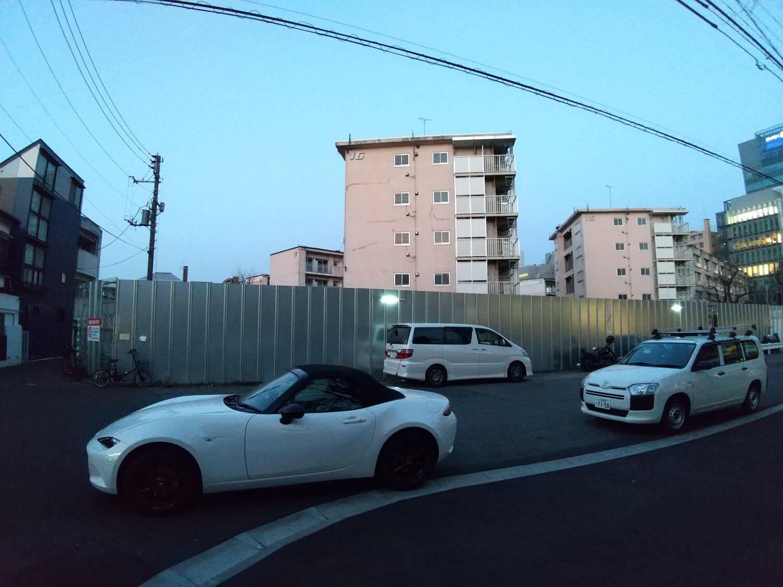 団地のメインストリートであった道路も行き止まりとなり、路駐スポットとなっている。