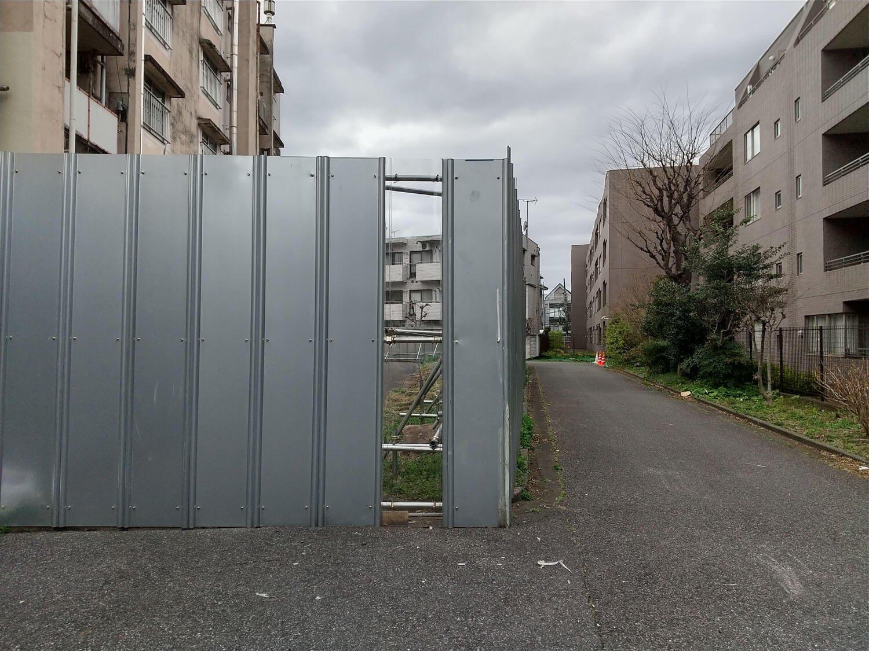 都営青山北町アパートの周囲は小道になっているので、グルっと観察することが可能。