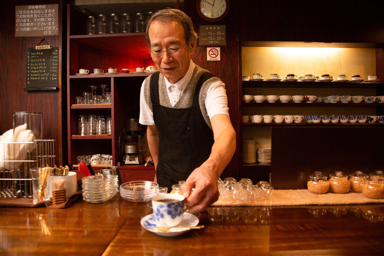 マスターの小山泰司さん。コーヒーを入れるときの真剣な様子とは裏腹に、話してみるととても気さくでおちゃめ。