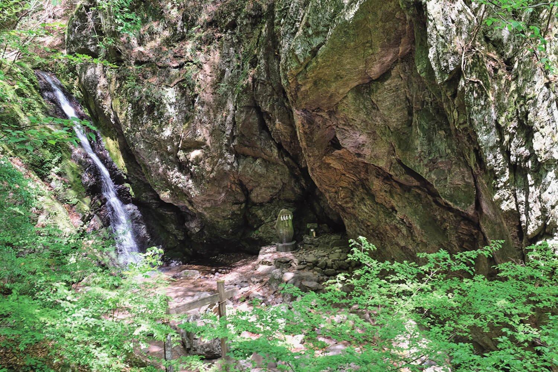 落差10mほどの綾広の滝。古来より御嶽神社の禊(みそぎ)の神事が行われている。