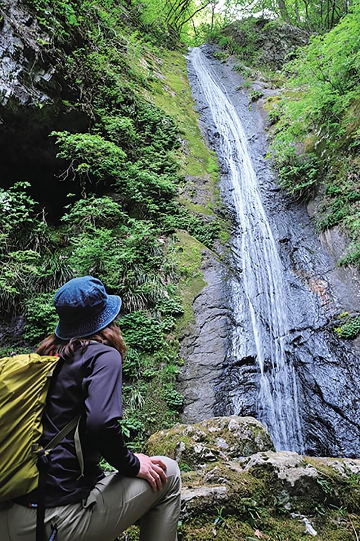 つづら岩から下りて行くと綾滝がある。落差21mの滝で、音もなく静かに落ちる様が綾織物を垂れ下げたような様子。