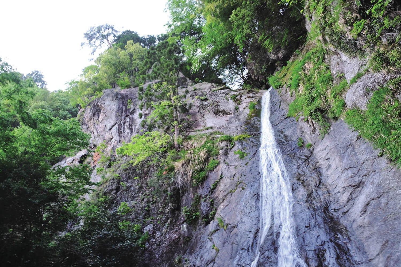 綾滝のさらに下に落差が38mもある天狗滝。