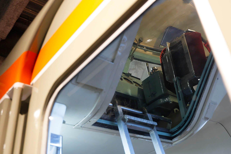 「NSE」の運転台は外からの見学ですが、その姿をしっかり見ることができます。