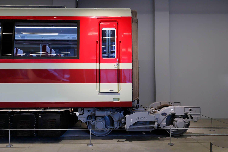ロマンスカーの大きな特徴のひとつ「連接台車」の機構もじっくり観察できます。