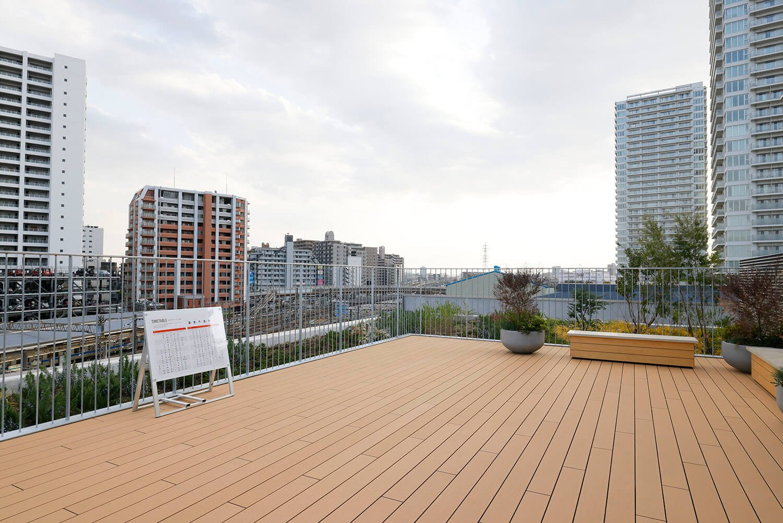 ミュージアム屋上の「ステーションビューテラス」。列車の通過時間がわかる時刻表も完備。