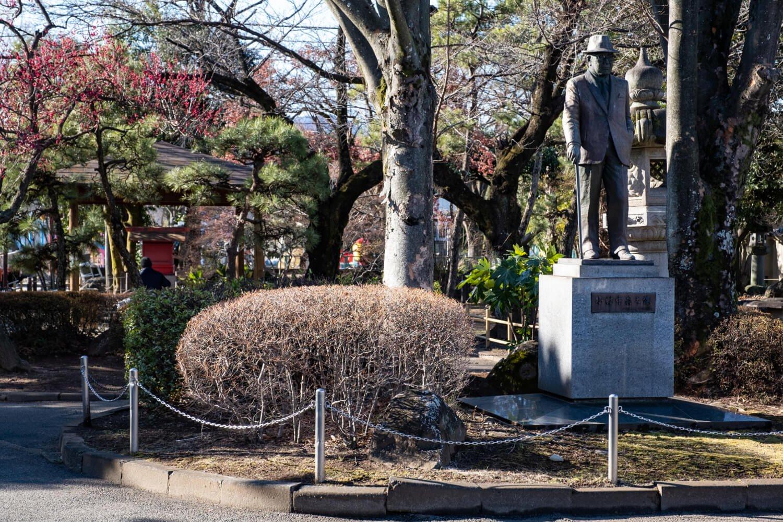 旧石和町の初代名誉町民でもある小林中翁の像が公園内に立つ。