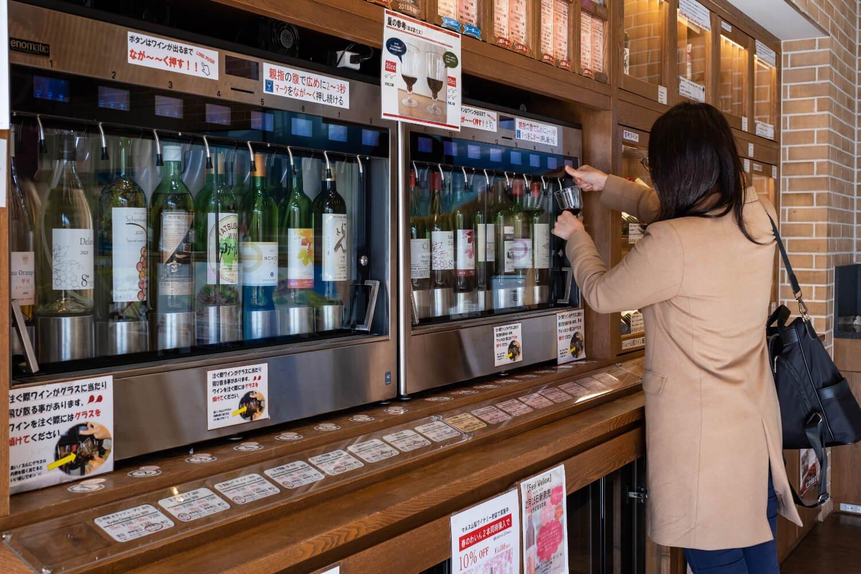 販売機で選んだワインを自ら試飲用グラスに注ぐシステムだ。