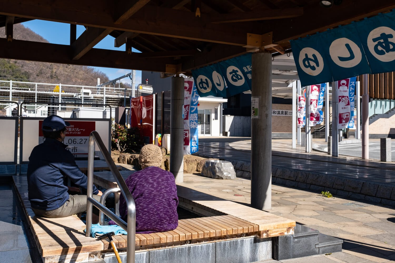 気軽に立ち寄る市民の姿も多く見かける石和温泉駅前公園あしゆ。