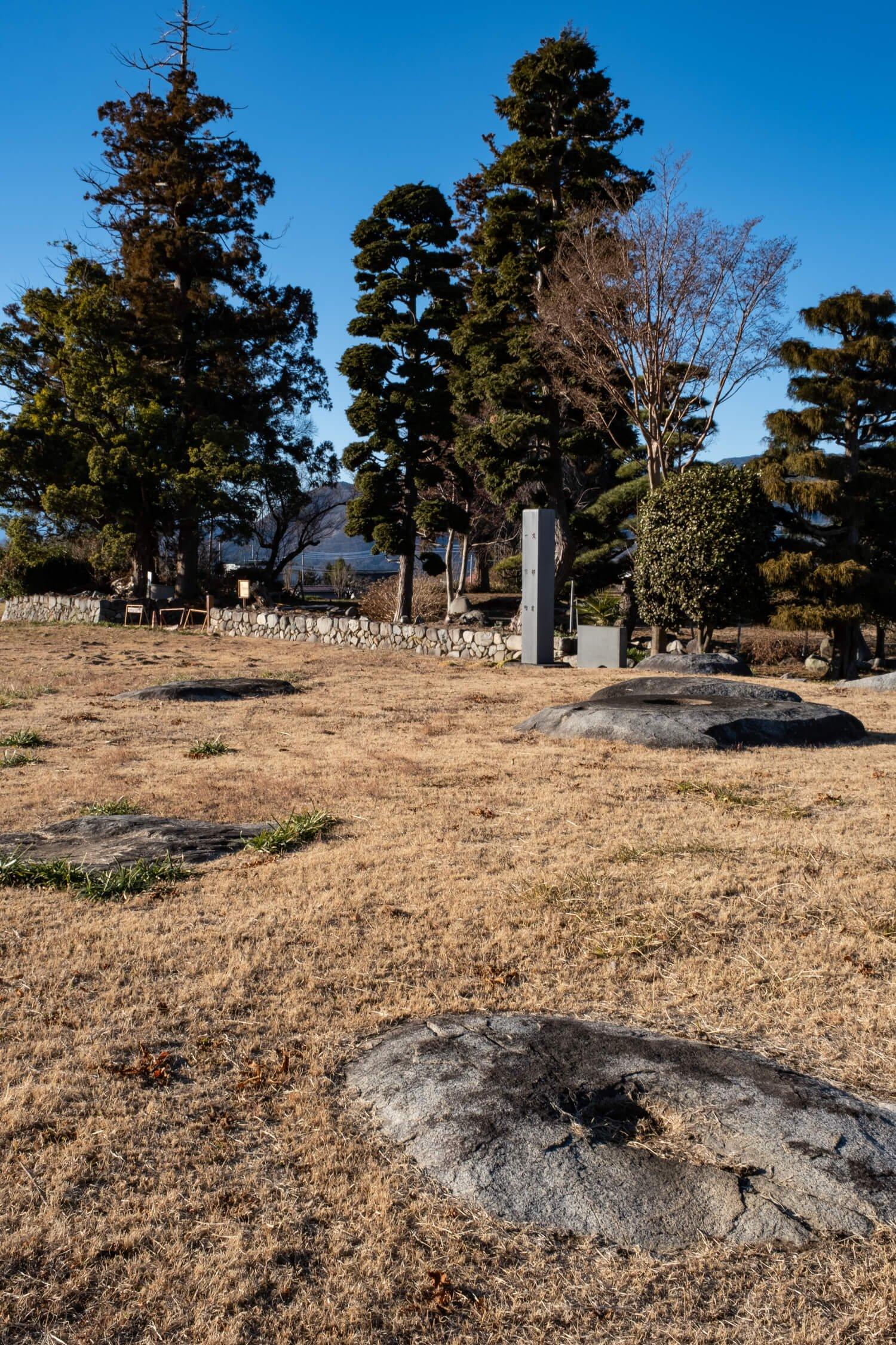 心柱を支えていた心礎を中心に正方形に配置された礎石が残る塔跡。