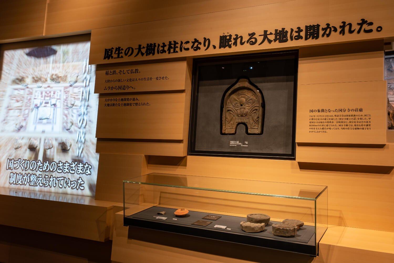 山梨県立博物館では甲斐国分寺跡で出土した鬼瓦を展示している。