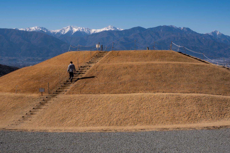 赤石岳から甲斐駒ヶ岳まで南アルプス全域を見渡せる岡・銚子塚古墳。