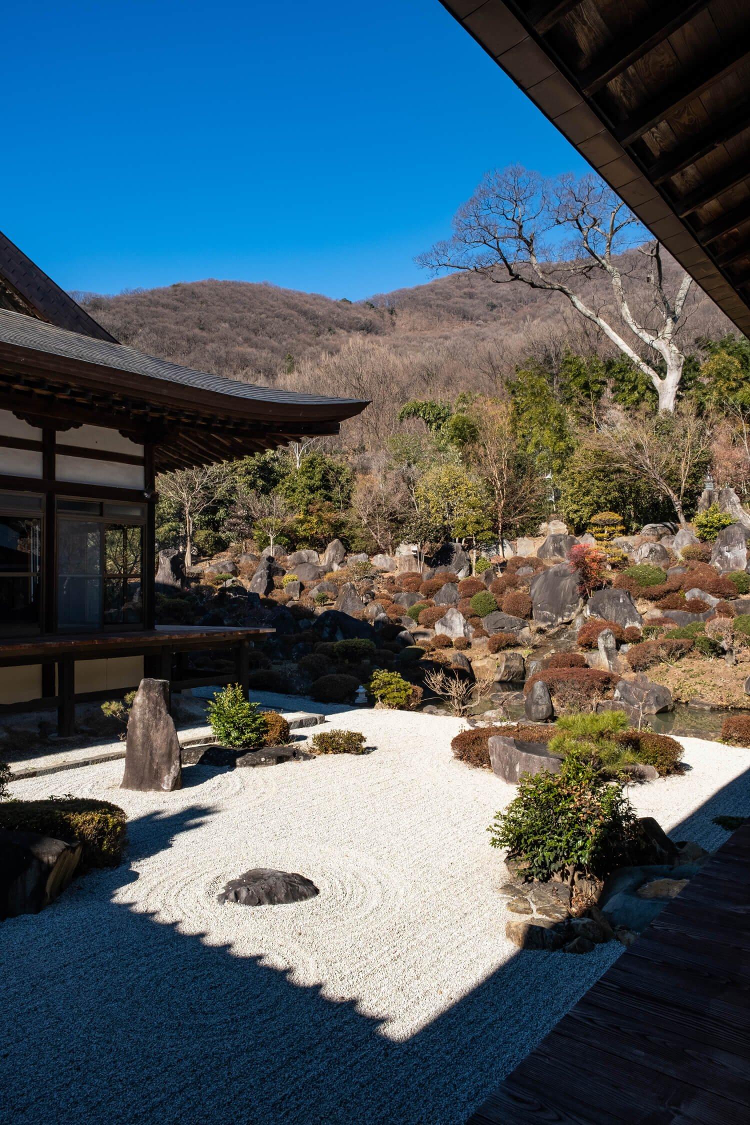 枯山水の庭園が見事な大蔵経寺(拝観料300円、七福神まいりは無料)。