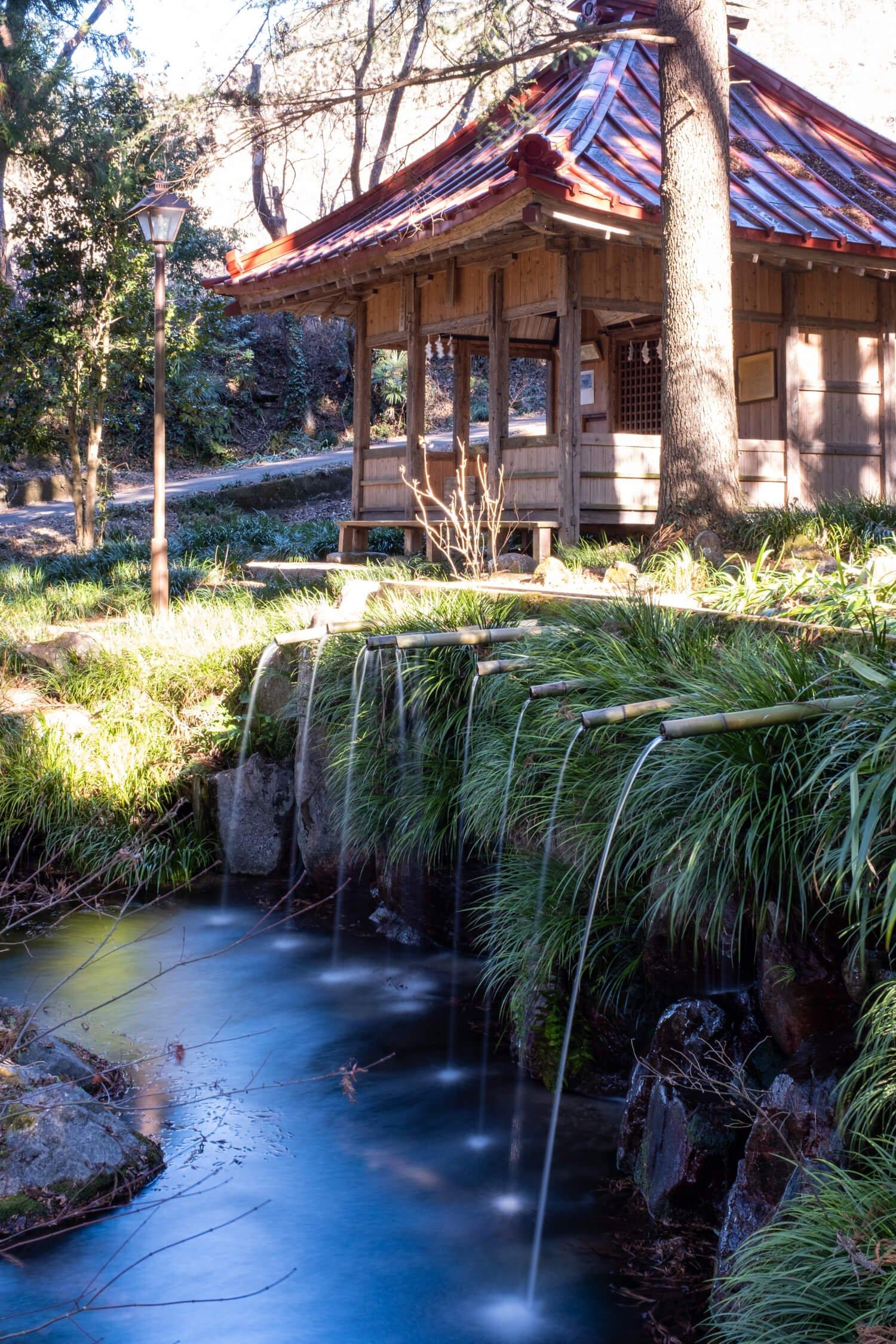 脇の不動堂と8条の筋が独特の景観を生み出している藤垈の滝。