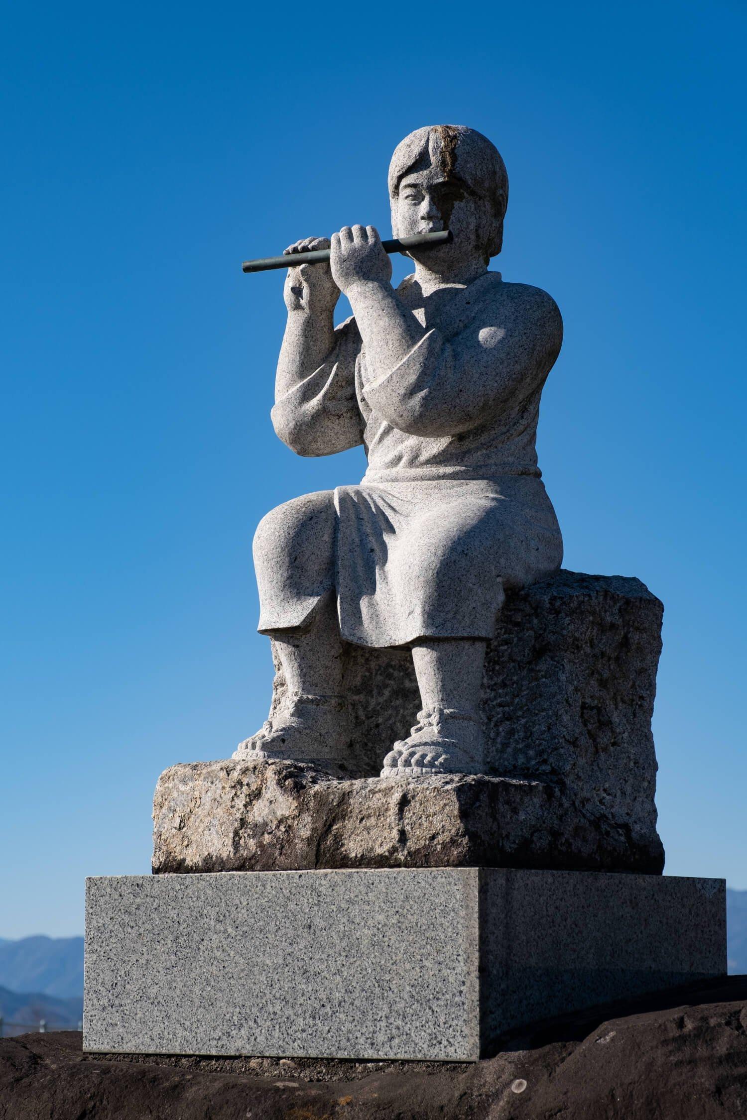 笛吹川を見通す道沿いにたたずむ笛吹権三郎之像。