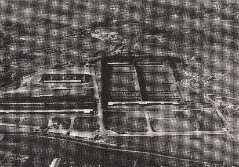 前大会時の朝霞射撃場全景。300・50・25mの3つの屋外射場だった。大会後自衛隊が利用するため、予算をまず大蔵省から文部省が取り、防衛庁に移管して建設。今回の仮設会場はこの東側に建設。(写真提供:日本ライフル射撃協会)。