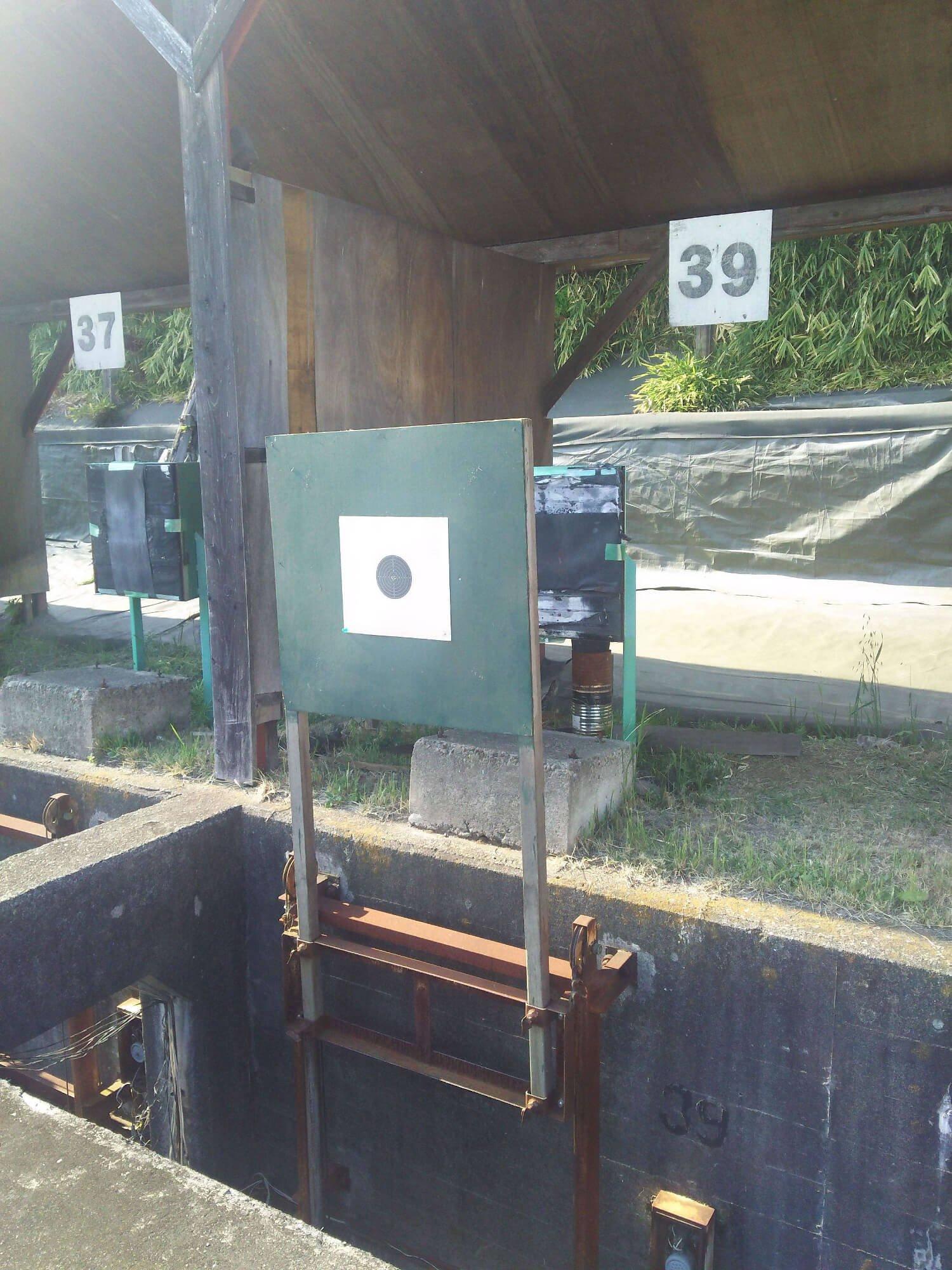 撮影時のライフル標的は着弾位置がパソコンに転送される電子標的だが、前大会ではこの下で待機する自衛隊員が標的を一枚ずつ取り替えた。高温多湿の日本で伸び縮みしない標的用紙開発にも腐心。(写真提供:諏江寛憲氏)。
