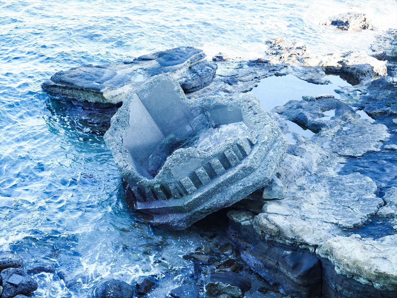 関東大震災で倒壊した2代目灯台の痕跡。灯台下の浜辺には初代灯台の煉瓦片も見つかる。