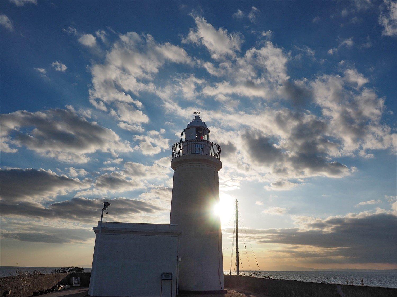 〔ココがときめき!〕洲埼灯台は白と赤の光を交互に放つ。赤い表情は神秘的でゾクゾク。