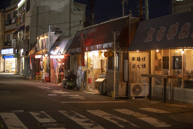 昭和の風情が残る三浦海岸駅前。飲み足りなければさくっともう一杯。