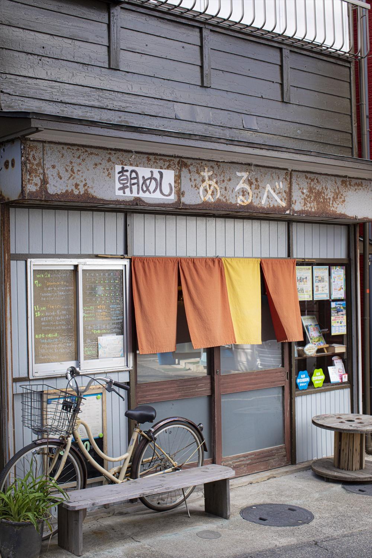 築57年の建物。建築を学んだ菊地さんが設計し、できる限り既存の造りを活かして改装した。