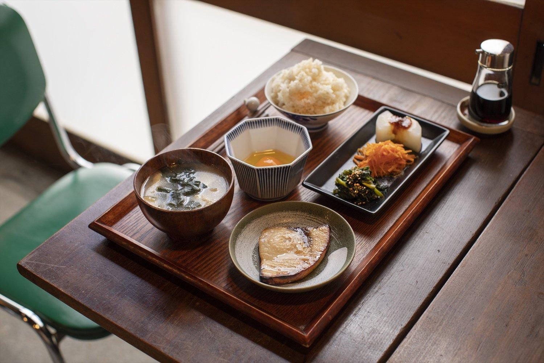 カジキのテールのひもの定食800円+生たまご50円。三浦野菜の総菜3種、汁物付き。