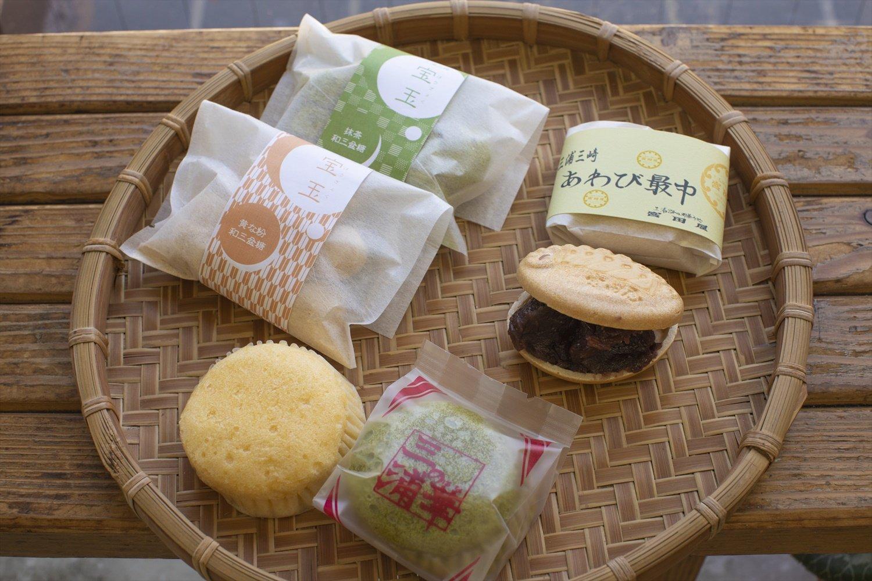 「三浦の華」120円(手前)、「宝玉」200円(左)、あわび最中170円。