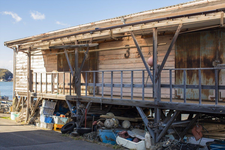 諸磯湾に立つ小屋。壁面の文字がシンプルで粋。