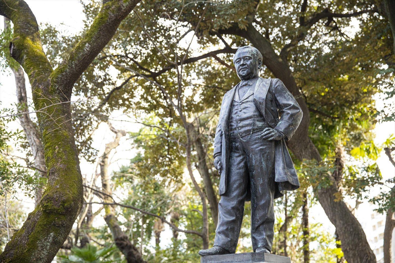 渋沢史料館の中庭に立つ栄一像。