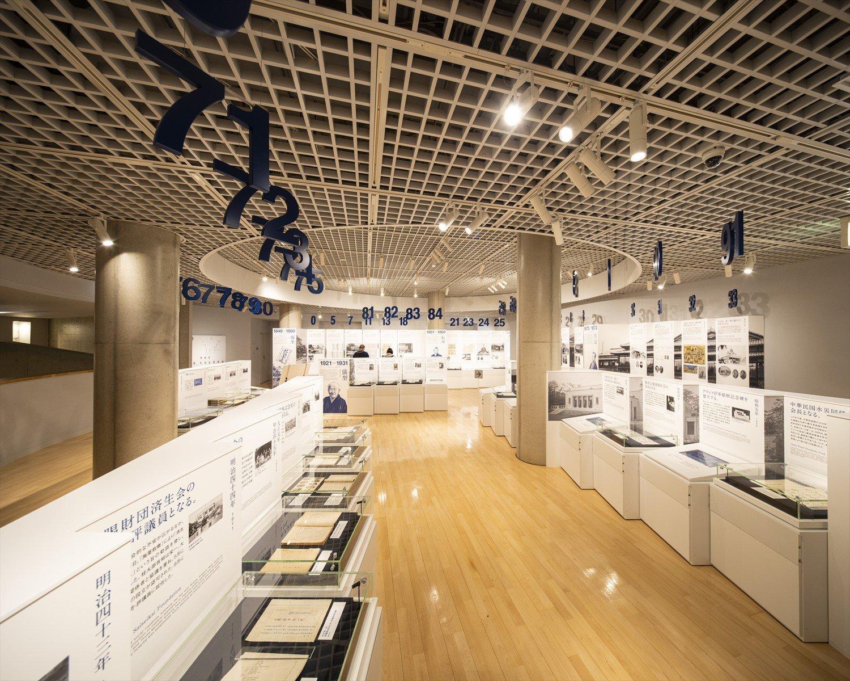 渋沢史料館の2階展示室。頭上の数字が年齢を表す。