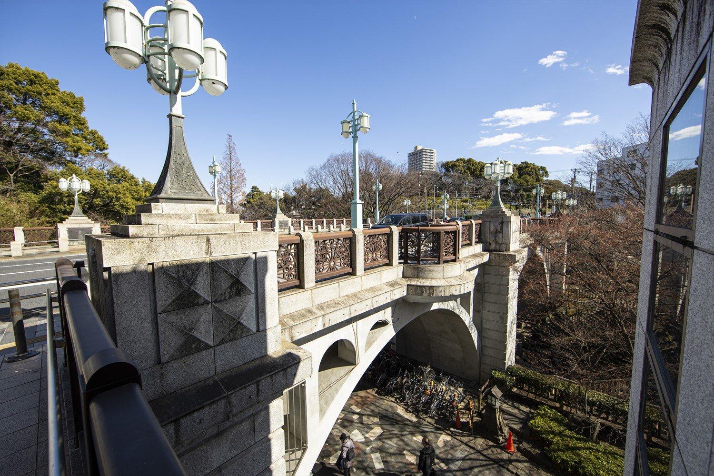 昭和6年(1931)、石神井川(音無川)に架けられたアーチ形の橋は王子町と滝之川町をつないだ。町の事業にも積極的であった栄一は、建築の際や開通式協賛会へ支援したと伝わる。橋下には音無親水公園が整備されている。
