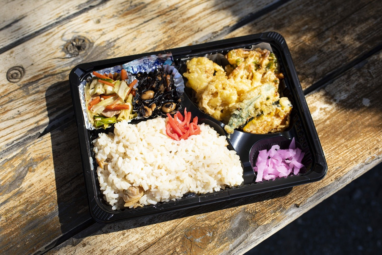 お昼ご飯は木更津名産のあさり弁当500円。