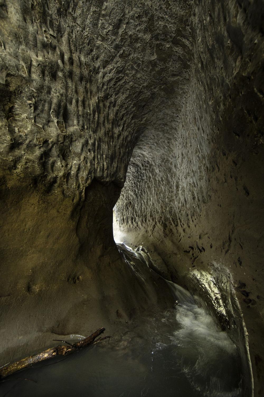 近くには素掘りのトンネル用水路も。