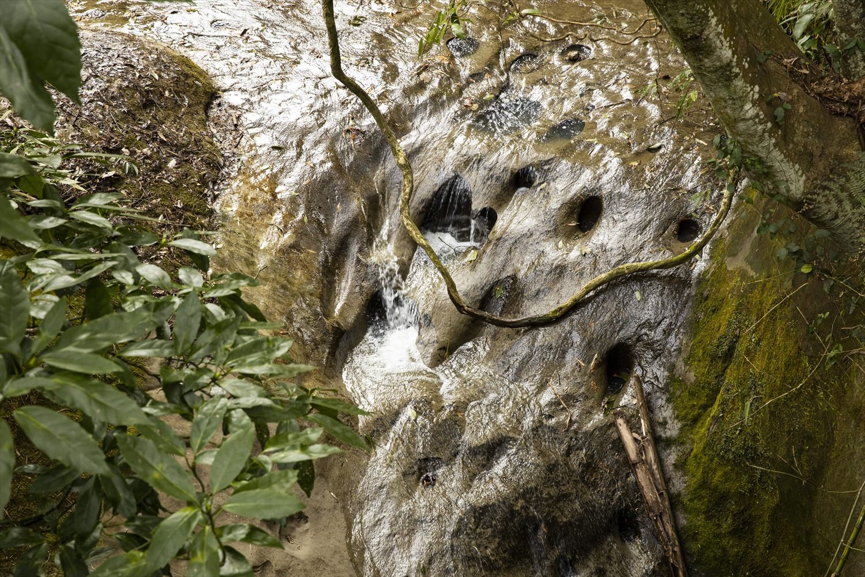 周辺の岩盤は軟らかく甌穴(おうけつ)ができやすい。