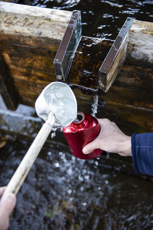 久留里駅に隣接する水くみ広場では水筒に水を詰めておみやげに。