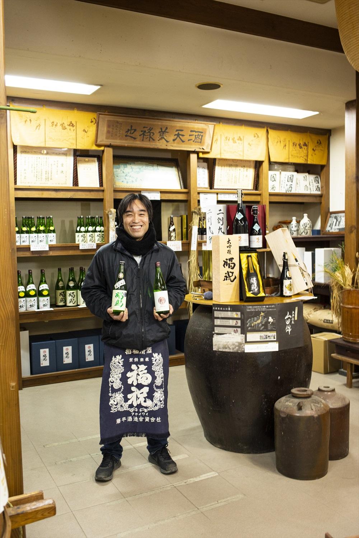 「地元の水と米で造った『福祝』、ご堪能ください!」とほほえむ蔵元の藤平淳三さん。
