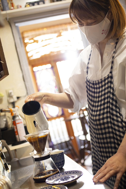 コーヒーが淹れられ、芳醇な香りが漂う。