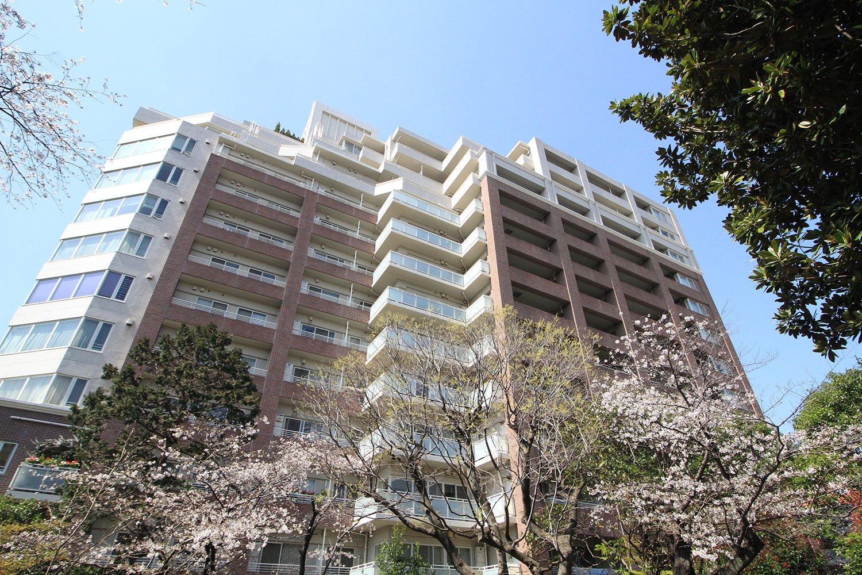 「パークスクエア文京音羽」の屋上に設置されたスカイガーデンからは、鳩山会館やスカイツリーを眺望できる。