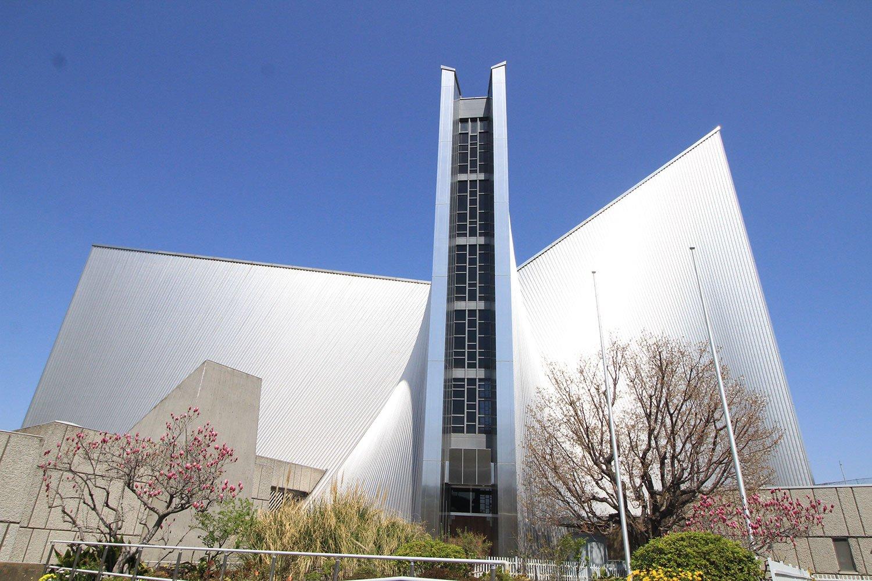東京カテドラル聖マリア大聖堂は建築家・丹下健三の代表作のひとつ。総ステンレス張りの外壁が目をひく。